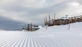 白云岩,与美好的倾斜的滑雪区域 空的滑雪倾斜在冬天在一个晴天 准备滑雪倾斜, Alpe Cermis,意大利 免版税库存照片
