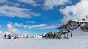 白云岩,与美好的倾斜的滑雪区域 空的滑雪倾斜在冬天在一个晴天 准备滑雪倾斜, Alpe Cermis,意大利 库存照片