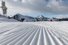 白云岩,与美好的倾斜的滑雪区域 空的滑雪倾斜在冬天在一个晴天 准备的滑雪道和晴天 免版税图库摄影