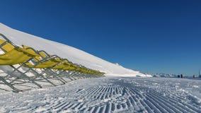 白云岩,与美好的倾斜的滑雪区域 空的滑雪倾斜在冬天在一个晴天 准备的滑雪道和晴天 库存照片
