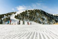 白云岩,与美好的倾斜的滑雪区域 空的滑雪倾斜在冬天在一个晴天 准备的滑雪道和晴天 免版税库存照片