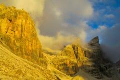白云岩, Dolomiti di Brenta落矶山脉塔在日落的 库存图片