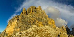 白云岩, Dolomiti di Brenta落矶山脉塔在日落的 免版税库存图片