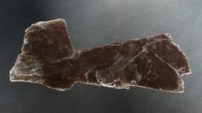 白云母在黑背景的云母矿物 库存图片