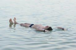 白人在水中放松 库存照片