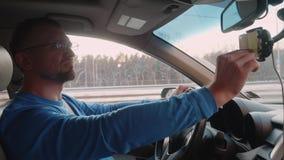 白人在汽车和用途智能手机导航员钛地图路线坐 影视素材