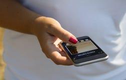 白人妇女照片编辑程序 免版税库存照片