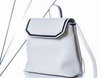 白人妇女的皮革背包 在白色背景的时尚袋子 免版税库存照片