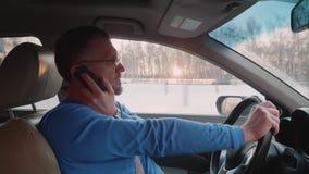 白人驱动汽车和拨号盘在按钮电话编号 股票视频