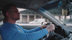 白人驾驶汽车在天桥下在城市 股票录像