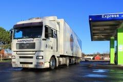 白人TGA 18.480卡车和拖车在加油站 免版税库存图片