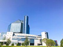 白俄罗斯的一个大蓝色概念性美丽的玻璃大厦国立图书馆 白俄罗斯共和国,米斯克, 2018年8月20日 免版税图库摄影