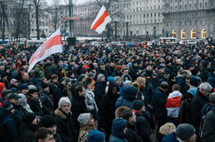 白俄罗斯语人参加抗议反对旨令3在米斯克 免版税库存照片