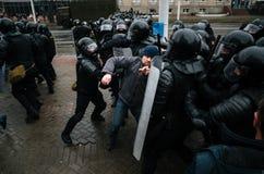 白俄罗斯语人参加抗议反对旨令3在米斯克 免版税库存图片