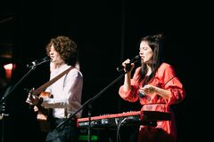 白俄罗斯语制片者流行音乐二重奏NAVI的音乐会也叫Naviband 图库摄影