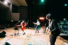 白俄罗斯语制片者流行音乐二重奏NAVI的音乐会也叫Naviband 库存图片