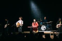 白俄罗斯语制片者流行音乐二重奏NAVI的音乐会也叫Naviband 免版税库存照片