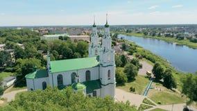 白俄罗斯,波罗兹克空中都市风景:有圣徒索非亚大教堂的河  股票视频