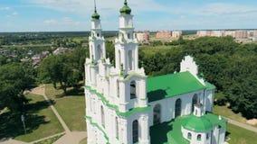白俄罗斯,波罗兹克:在Dvina河附近的大教堂在夏天 4K空中批评的射击 股票录像