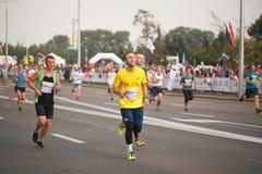 白俄罗斯,米斯克, 2018年9月:米斯克半马拉松的运动员和爱好者完成 免版税库存照片