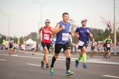 白俄罗斯,米斯克, 2018年9月:米斯克半马拉松的运动员和爱好者完成 免版税库存图片