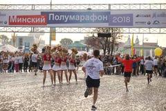 白俄罗斯,米斯克, 2018年9月:米斯克半马拉松的运动员和爱好者完成 库存照片
