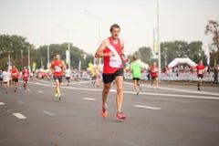 白俄罗斯,米斯克, 2018年9月:米斯克半马拉松的运动员和爱好者完成 免版税图库摄影