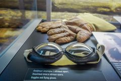 白俄罗斯,米斯克- 2018年5月01日:关闭玻璃和手套选择聚焦在一个玻璃箱子里面在状态博物馆 免版税库存图片