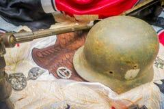 白俄罗斯,米斯克- 2018年5月01日:关闭盔甲的被弄脏的图象在战争期间使用的布料的和现在里面 免版税库存照片