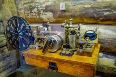 白俄罗斯,米斯克- 2018年5月01日:博物馆机器的巨大爱国战争陈列的状态博物馆室内看法  库存图片