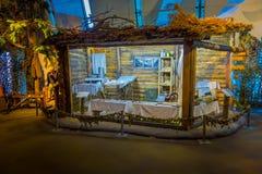 白俄罗斯,米斯克- 2018年5月01日:在医疗工作期间使用的工具室内看法在战争期间,在小小屋里面  库存图片