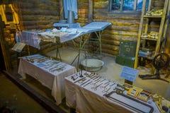 白俄罗斯,米斯克- 2018年5月01日:在医疗工作期间使用的工具室内看法在战争期间,在小小屋里面  图库摄影