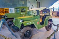 白俄罗斯,米斯克- 2018年5月01日:在状态博物馆的战争期间使用的两辆绿色汽车室内看法伟大里面 免版税库存图片