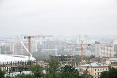 白俄罗斯,米斯克- 2018年7月01日:城市体育场和建筑用起重机 免版税库存图片