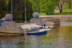 白俄罗斯,米斯克- 2018年5月01日:接近的未认出的人准备好的小船租赁和采取一次旅行在河Svisloch 库存照片