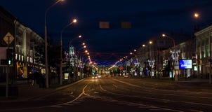 白俄罗斯,米斯克- 2018年7月01日:有汽车的夜路 免版税库存图片