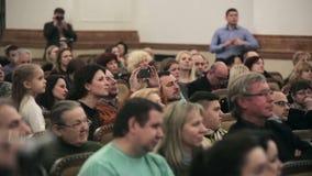 白俄罗斯,米斯克- 2015年4月8日, :儿童的唱诗班共同安排 许多男人和妇女坐在音乐会 股票视频