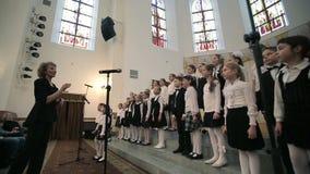 白俄罗斯,米斯克- 2015年4月8日, :儿童的唱诗班在爱好音乐的白俄罗斯语共同安排 股票录像