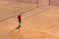 白俄罗斯,米斯克26 05 18 男孩打在橙色土法院的网球 艰苦法院 库存图片