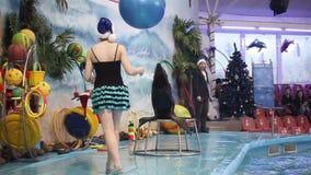 白俄罗斯,米斯克- 2014年:在dolphinarium的海狗展示与辅导员 慢的行动 股票视频