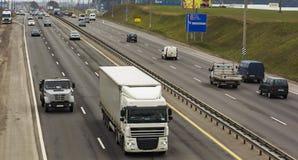 白俄罗斯,米斯克- 11/09/2016 :汽车运输的运动在米斯克环行路的 图库摄影
