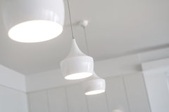 白光在一个新的厨房里 免版税库存照片