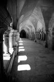 黑白光通过被成拱形的窗口发光在Abbaye de Fontenay,伯根地,法国的外部走廊 库存照片