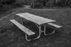 黑白公园长椅 免版税库存照片