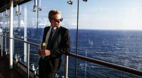 白兰地酒企业雪茄玻璃寿命豪华人纵向 英俊和富人的画象 库存照片