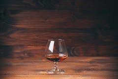 白兰地酒或科涅克白兰地在玻璃 免版税库存图片