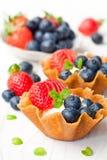 白兰地酒攫取篮子用软的乳脂干酪和莓果在丝毫 免版税库存照片