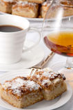 白兰地酒蛋糕咖啡 免版税库存照片