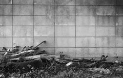 黑白具体背景和有一个轮胎在墙壁附近 免版税图库摄影