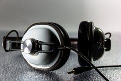 黑白减速火箭的耳机 免版税库存照片